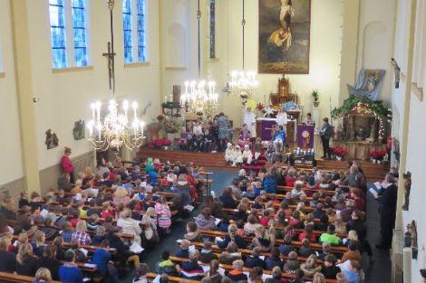 Een volle kerk bij de kerstvieringen van de basisscholen
