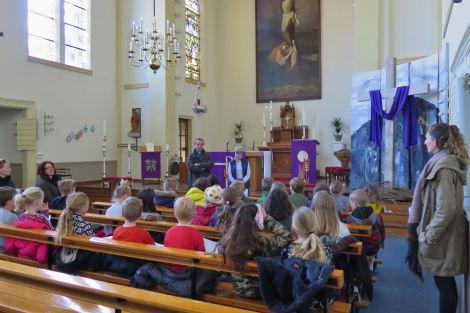 Groep 5 van basisschool de Klimophoeve bezoekt de kerk