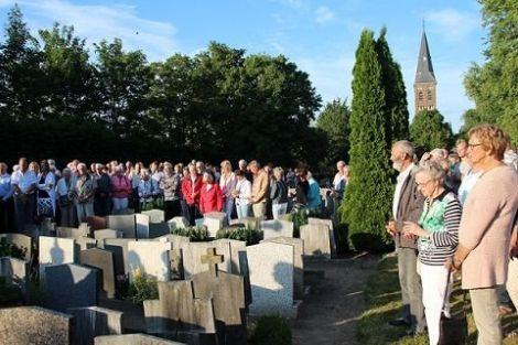 Indrukwekkende herdenkingsviering nabestaanden te ruimen graven